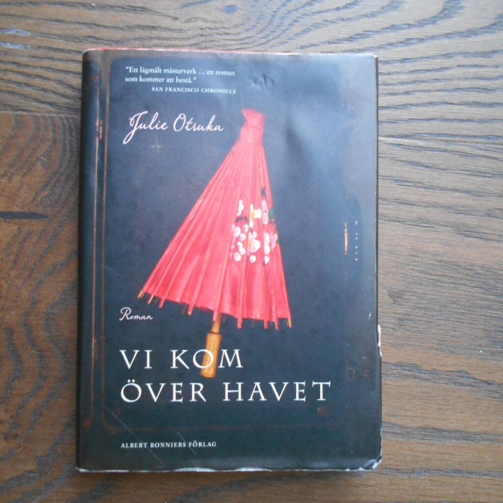 """Foto på boken """"Vi kom över havet"""" av Julie Otsuka"""