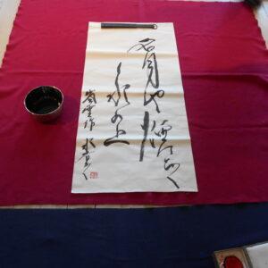 Hisayo Oki skapar kalligrafi